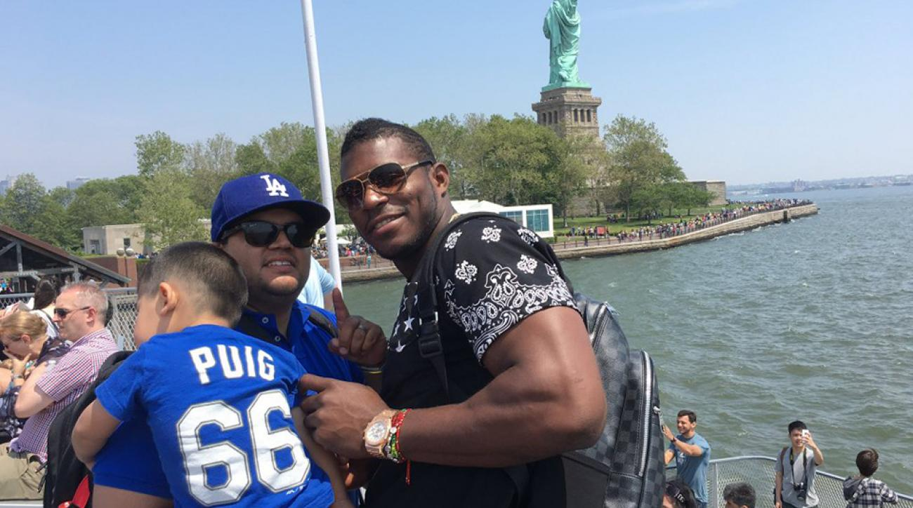 dodgers yasiel puig statue of liberty fan photo twitter