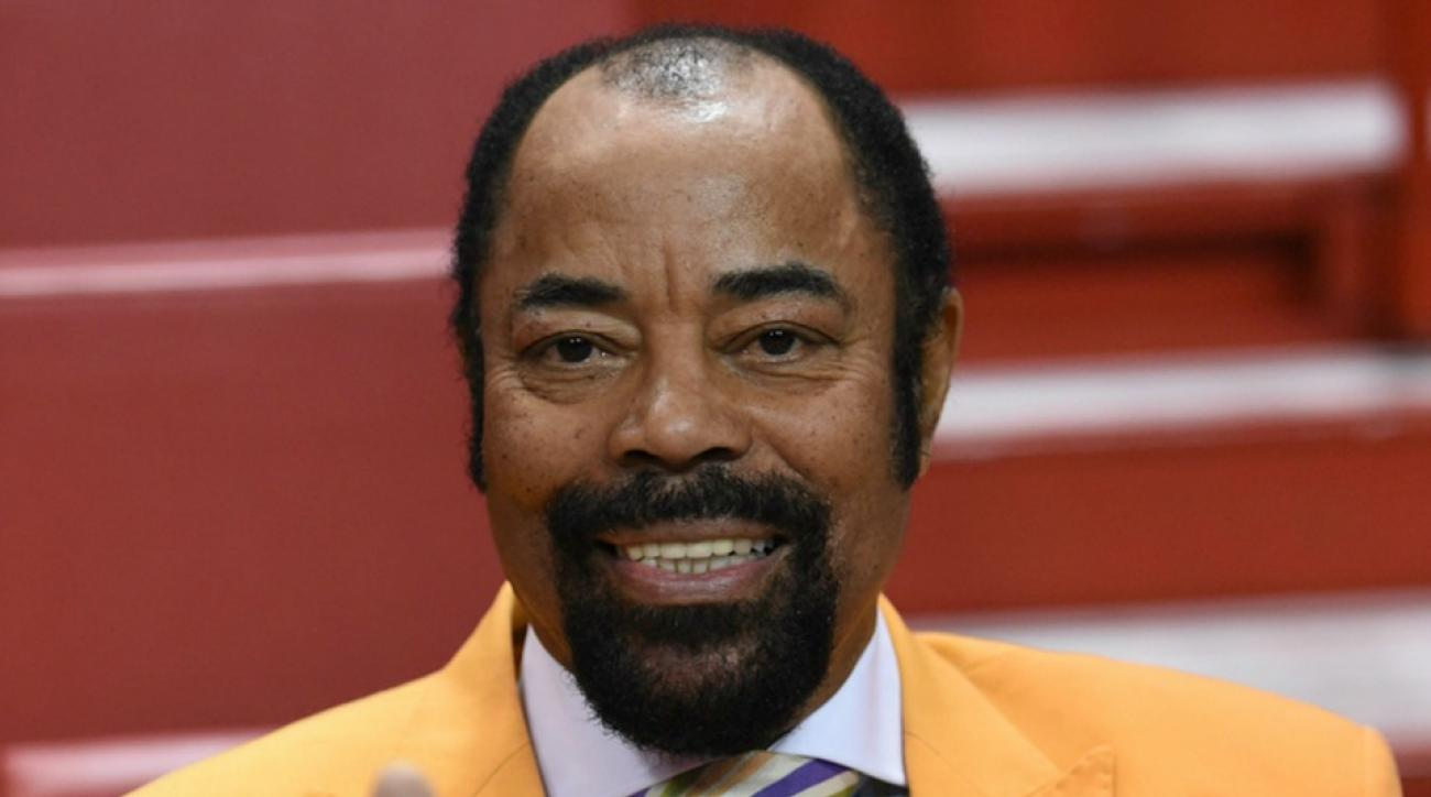 Walt Frazier waits in airport lines for Memorial Day