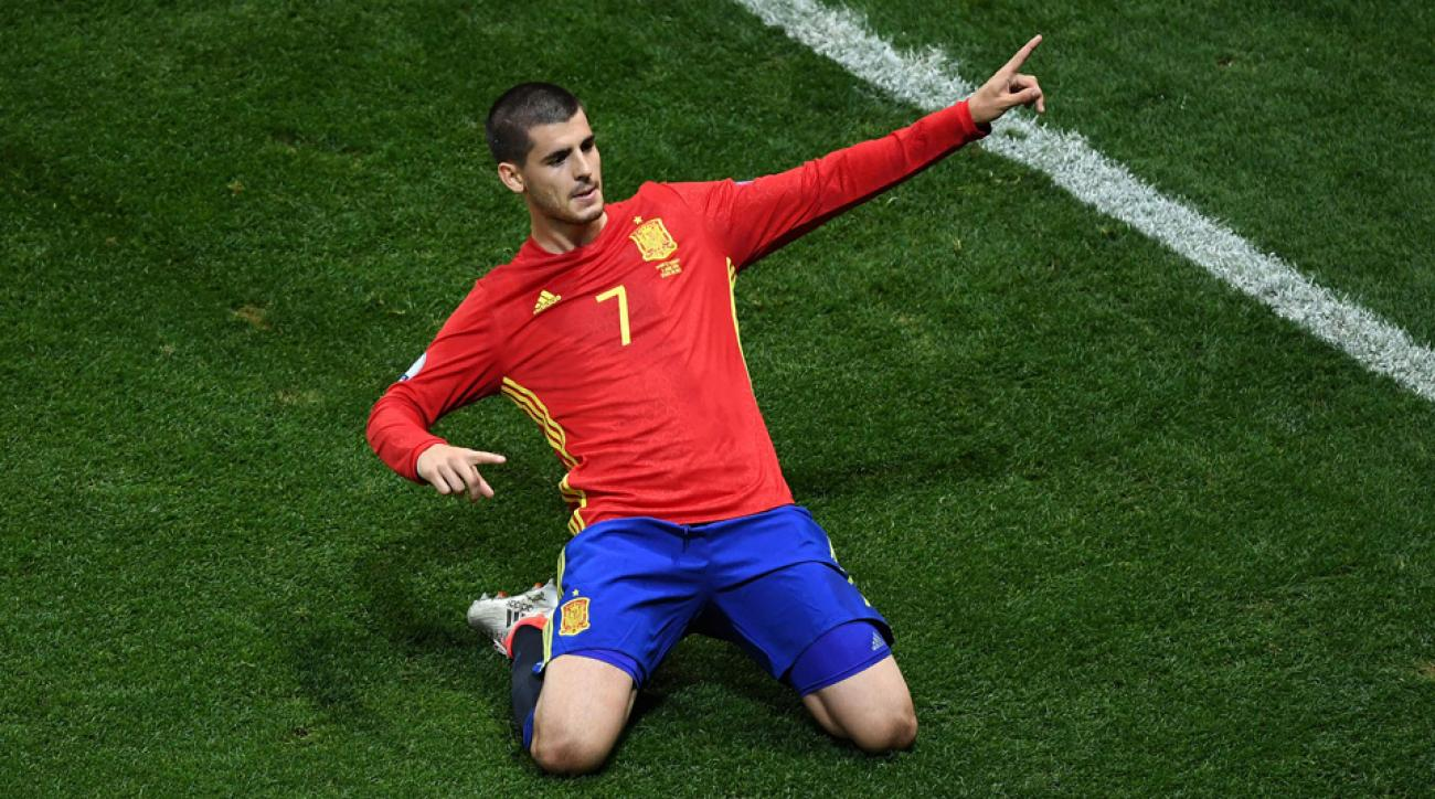 Spain routs Turkey to reach the Euro 2016 knockout stage