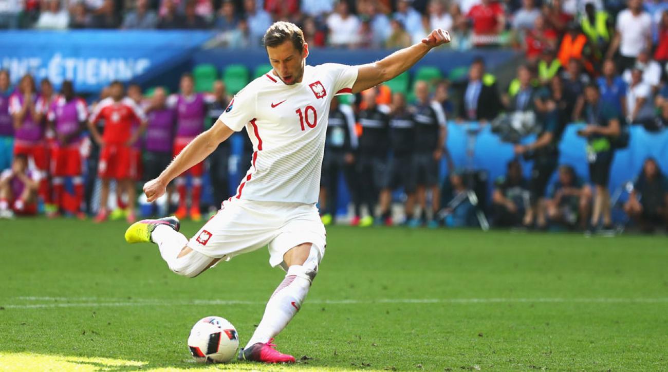 Grzegorz Krychowiak leaves Sevilla to join PSG