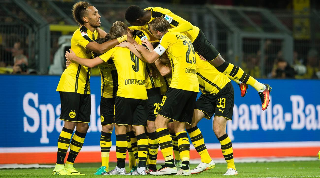 Borussia Dortmund celebrates a goal vs. Freiburg in the Bundesliga