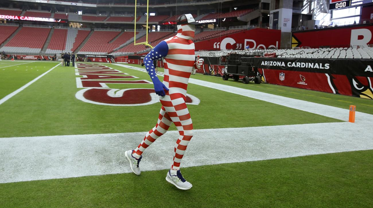 Arizona Cardinals: Carson Palmer warms up in flag suit