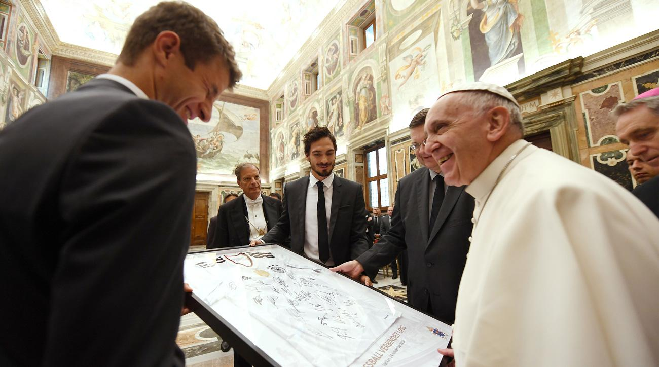 Thomas Muller presents the Pope with a special jersey