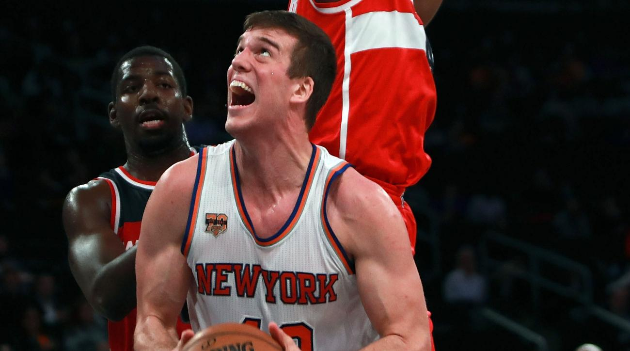 Knicks' Marshall Plumlee runs to arena from train