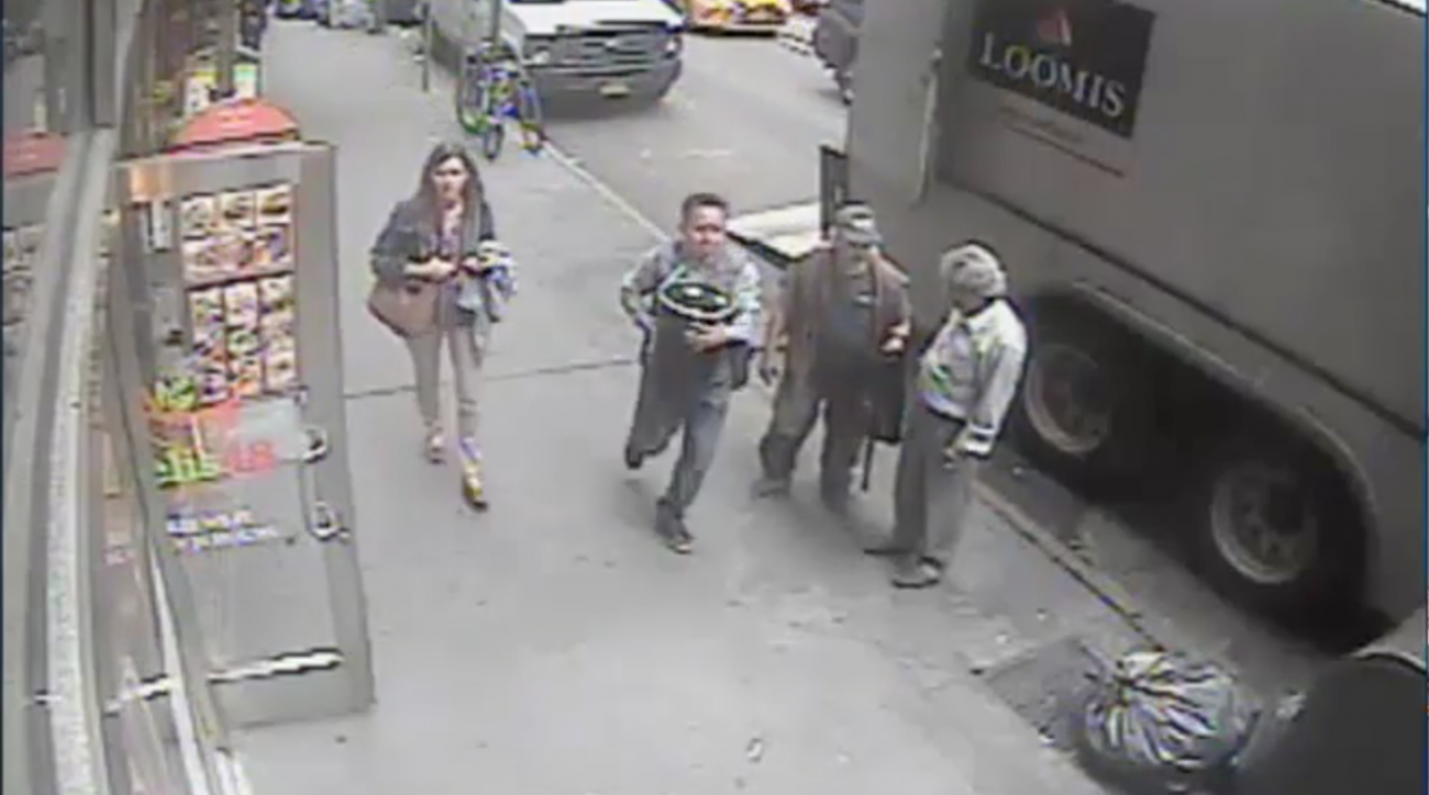 New York man steals bucket of $1.6 million in gold (video)