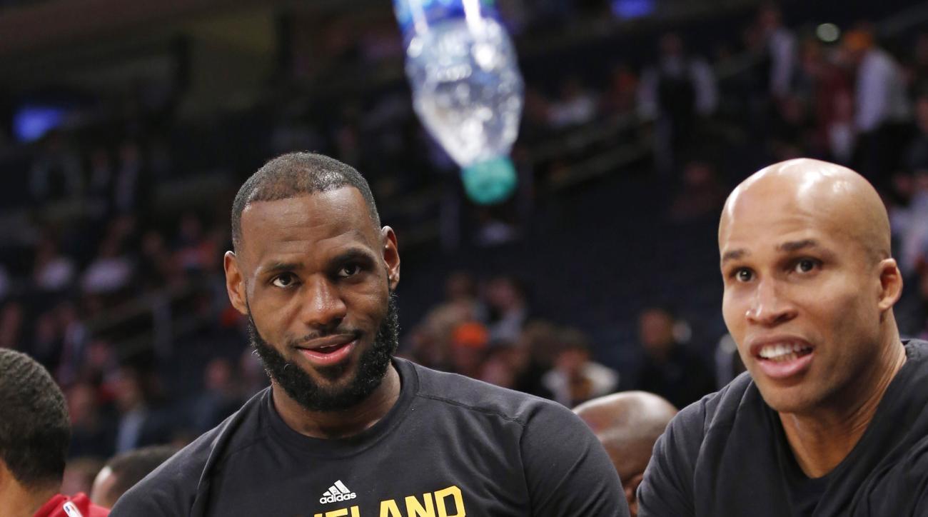 Cavaliers-Knicks: LeBron James flips water bottle (video)