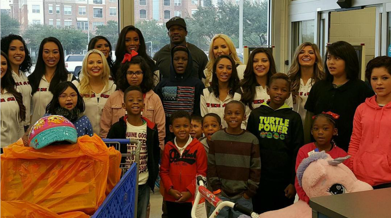 Texans' Andre Johnson buys toys for Houston kids