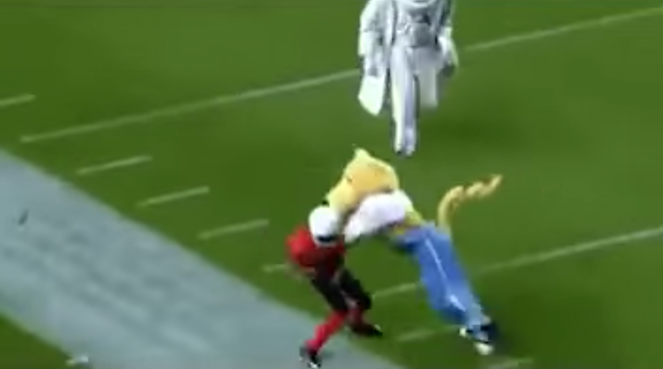 Mascots playing football: Kids get destroyed (video)