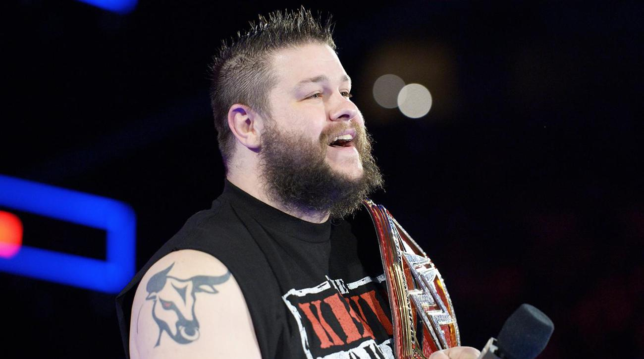 Kevin Owens makes Roman Reigns laugh in a headlock (Video)
