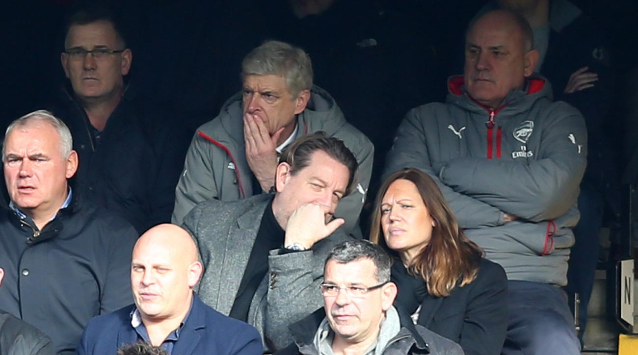 Arsene Wenger watches Arsenal lose to Chelsea
