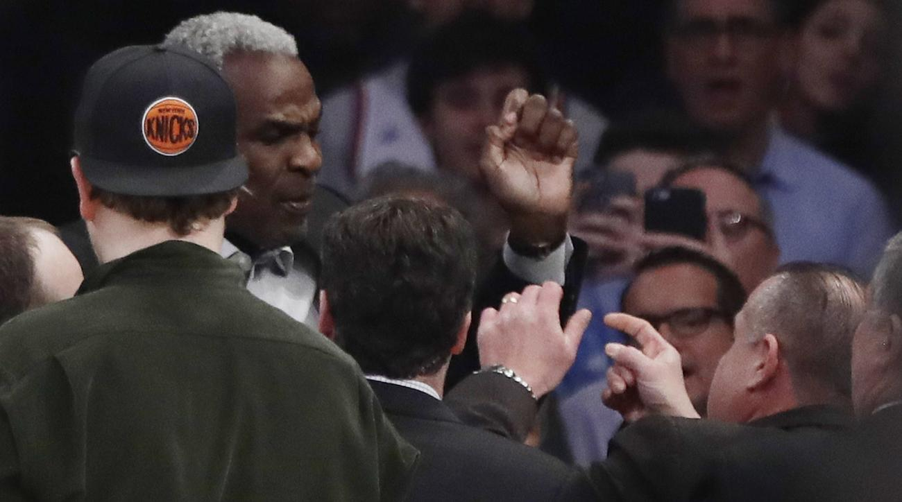 Charles Oakley: Rangers fans chant in support of Knicks icon