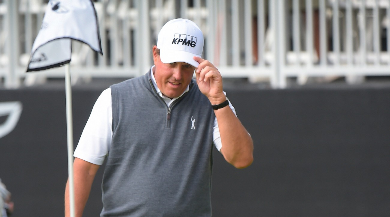 Phil Mickelson used his trusty short game to Riviera Country Club Sunday.
