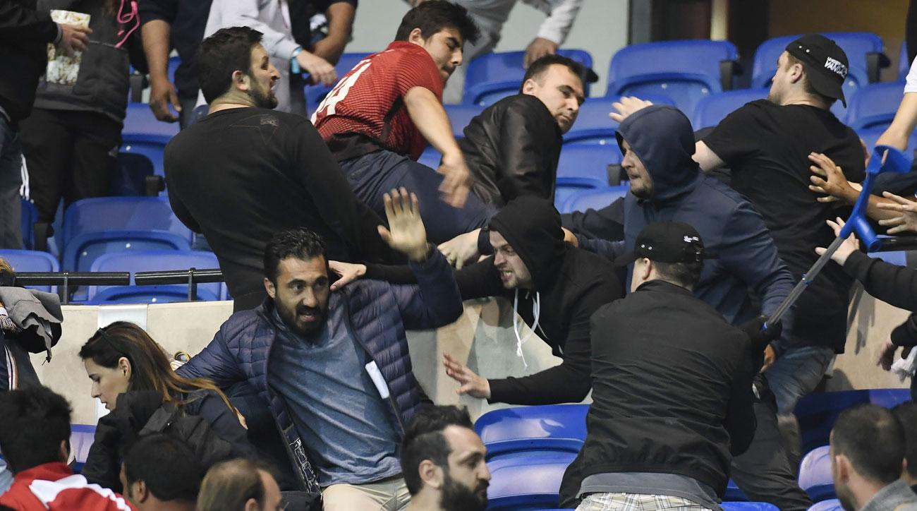 Crowd trouble delays Lyon vs Besiktas match