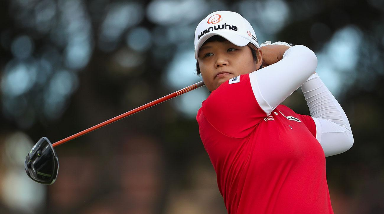 Haru Nomura plays a tee shot on the first hole during the second round of the 2017 LOTTE Championship.