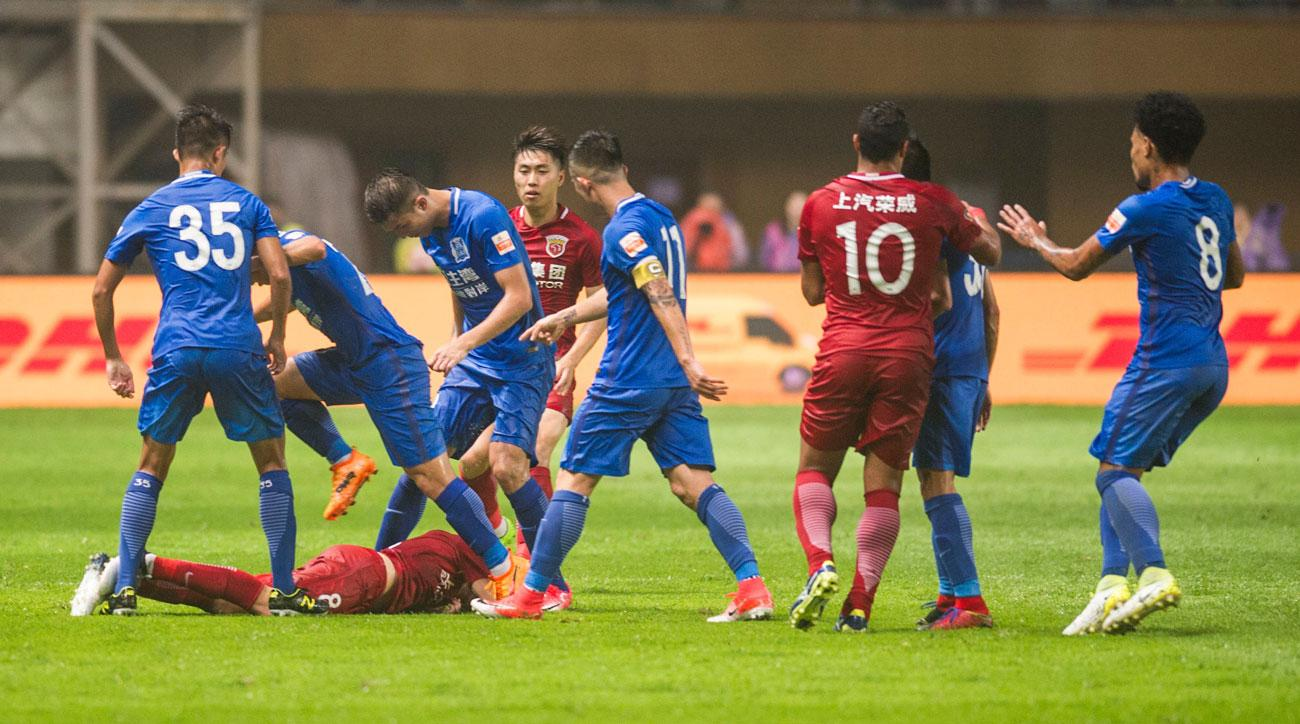 Oscar starts a brawl in the Chinese Super League