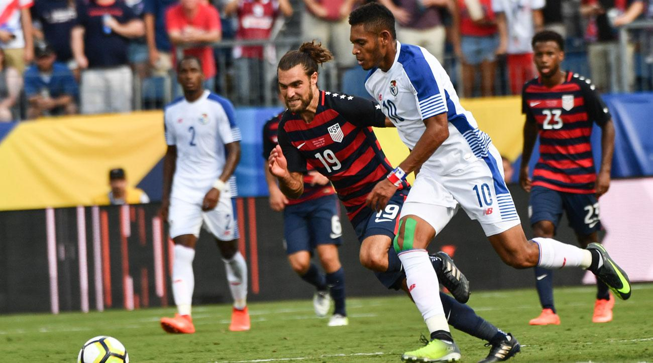 Panama and the USA battle in the Gold Cup