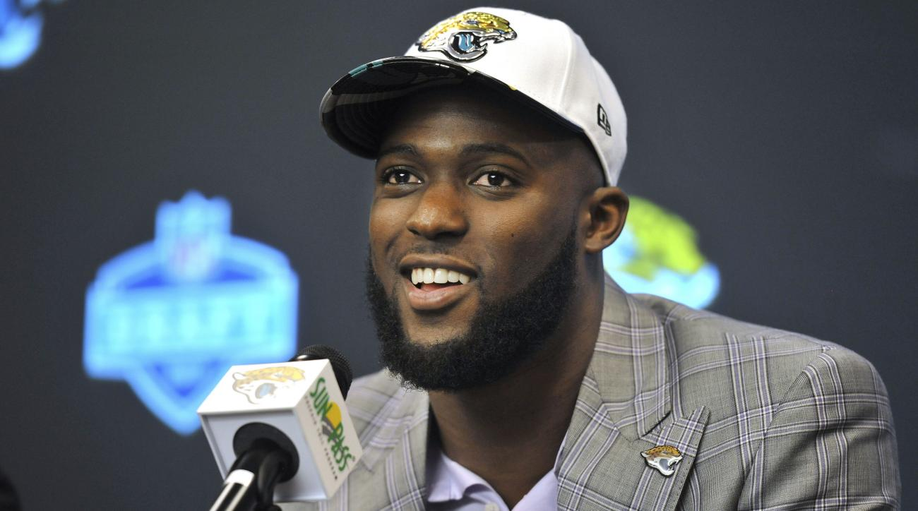 Leonard Fournette turns trophies into weights for local high school