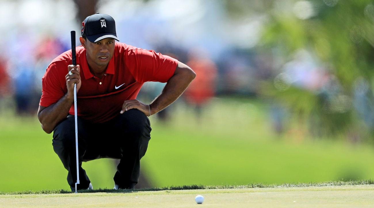 Tiger Woods lines up a birdie putt on the par-4 1st hole during the final round of the 2018 Honda Classic.