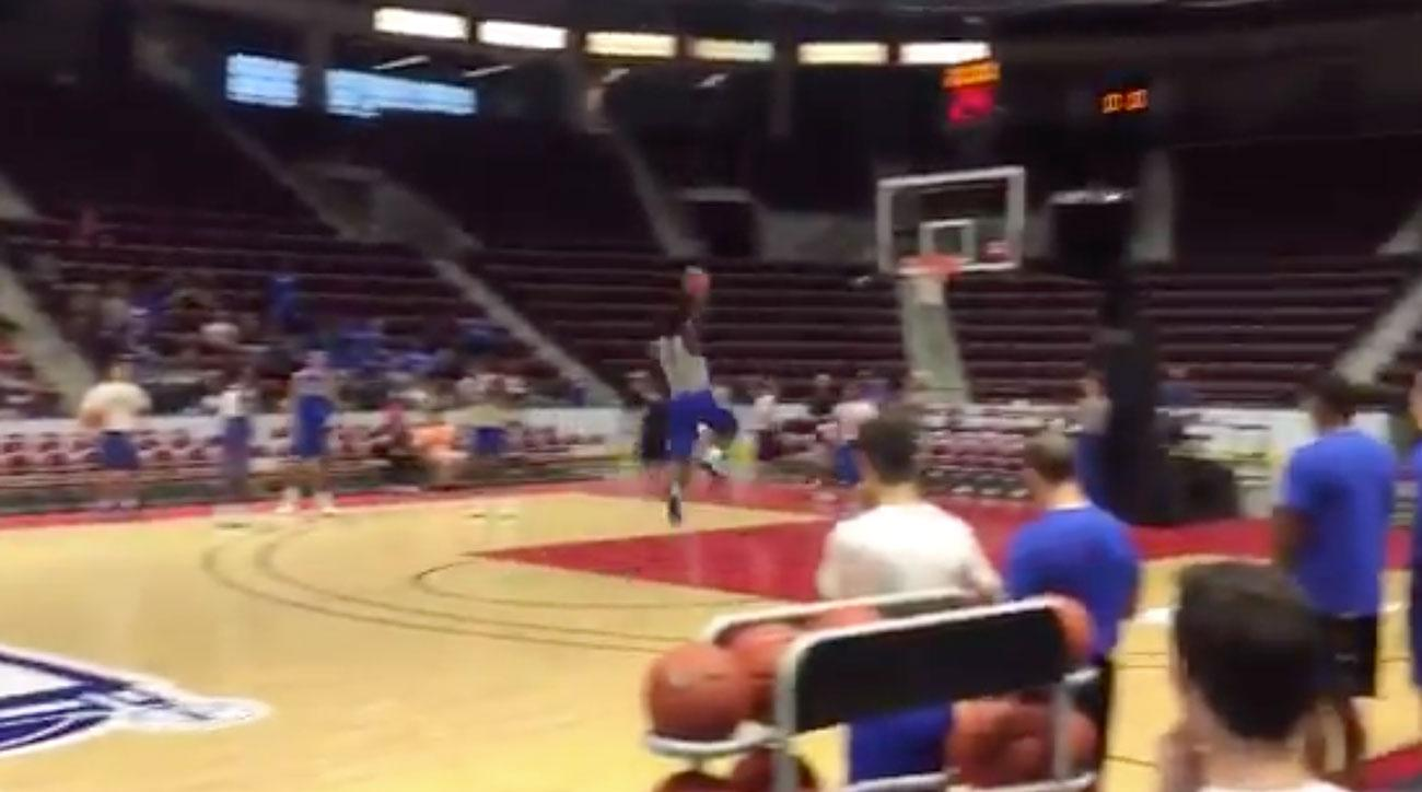 40405e1c53c9 Zion Williamson dunks from free throw line at Duke (Video)