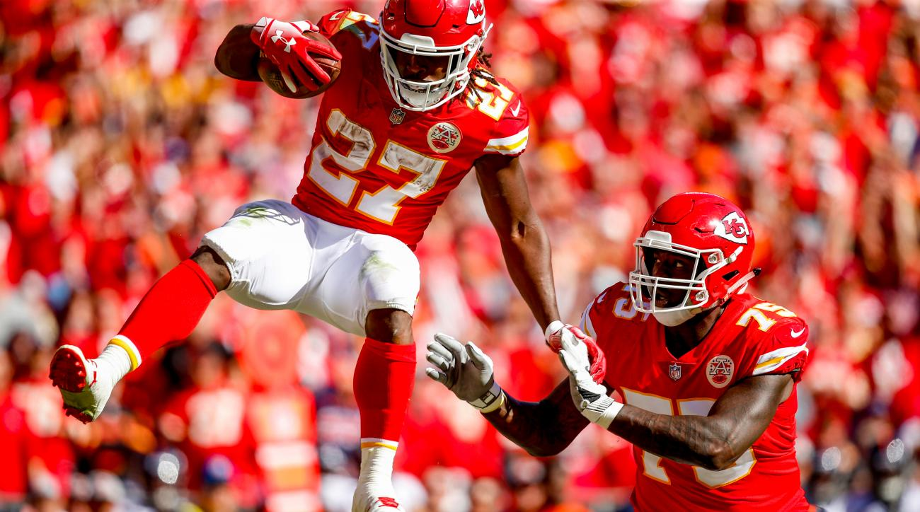 Kareem Hunt hurdle  Chiefs RB soars over Broncos defender for TD ... 72fccd7ff