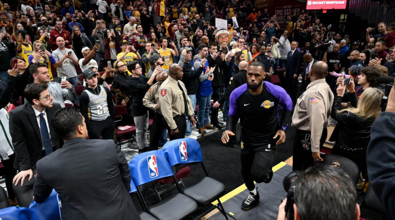 311d307d3 LeBron James gets standing ovation in return to Cleveland