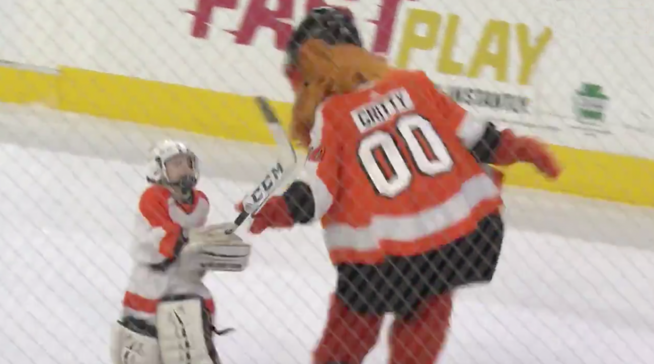 Video: Flyers mascot Gritty fights kid at game vs Leafs