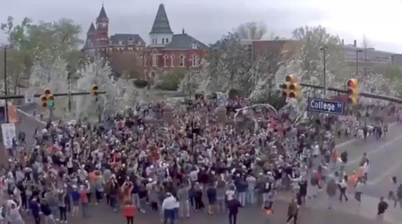 Final Four Auburn Fans Roll Toomer S Corner To Celebrate
