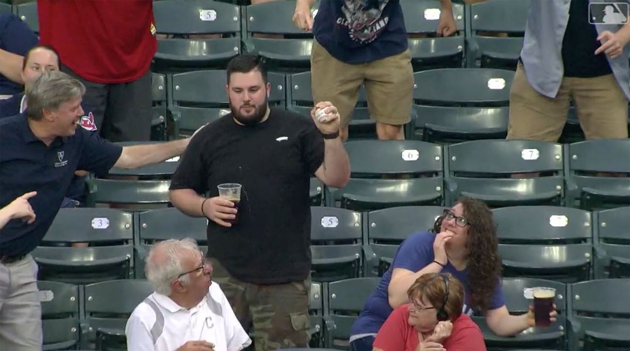 Indians fan catch foul ball vs Tigers, gives it to kid (video)