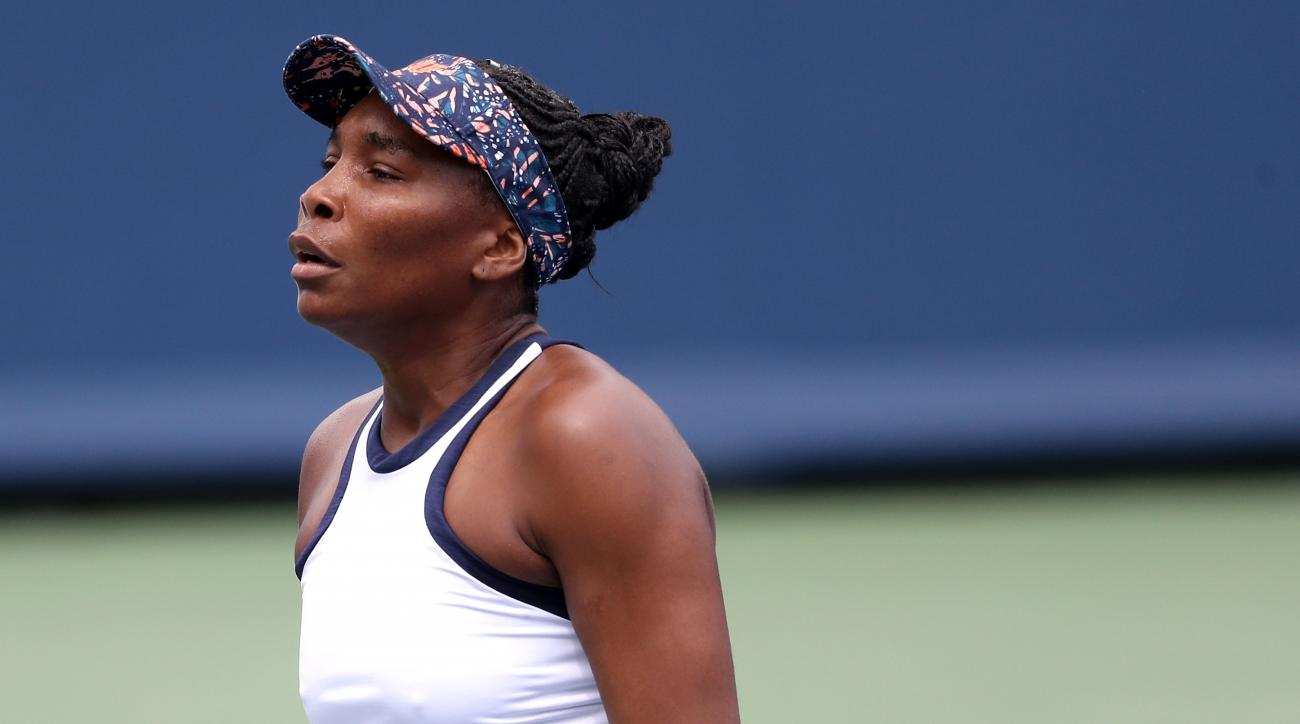 Venus Williams orders coffee from coach during Cincinnati Masters