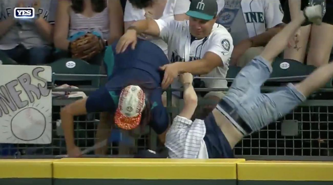 Yankees-Mariners: Fans chase Brett Gardner home run ball (video)