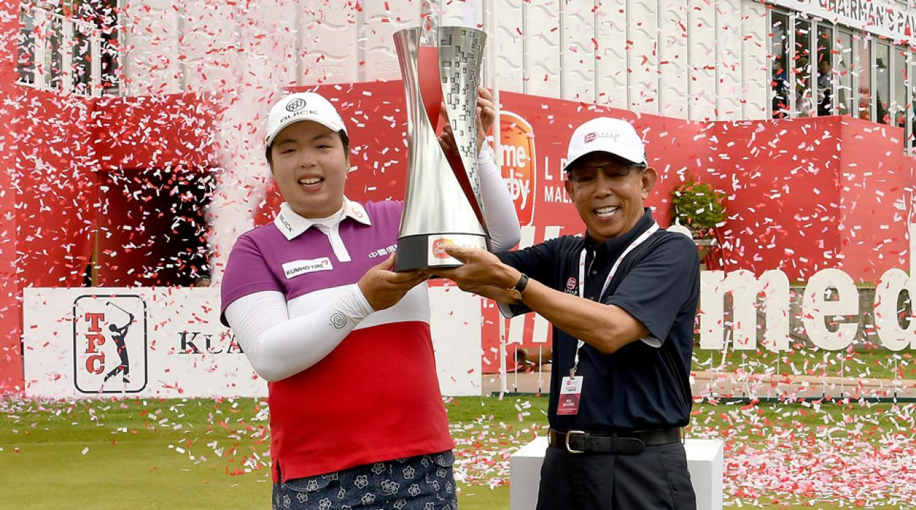 Shanshan Feng hoists the winner's trophy after closing out the Sime Darby LPGA.
