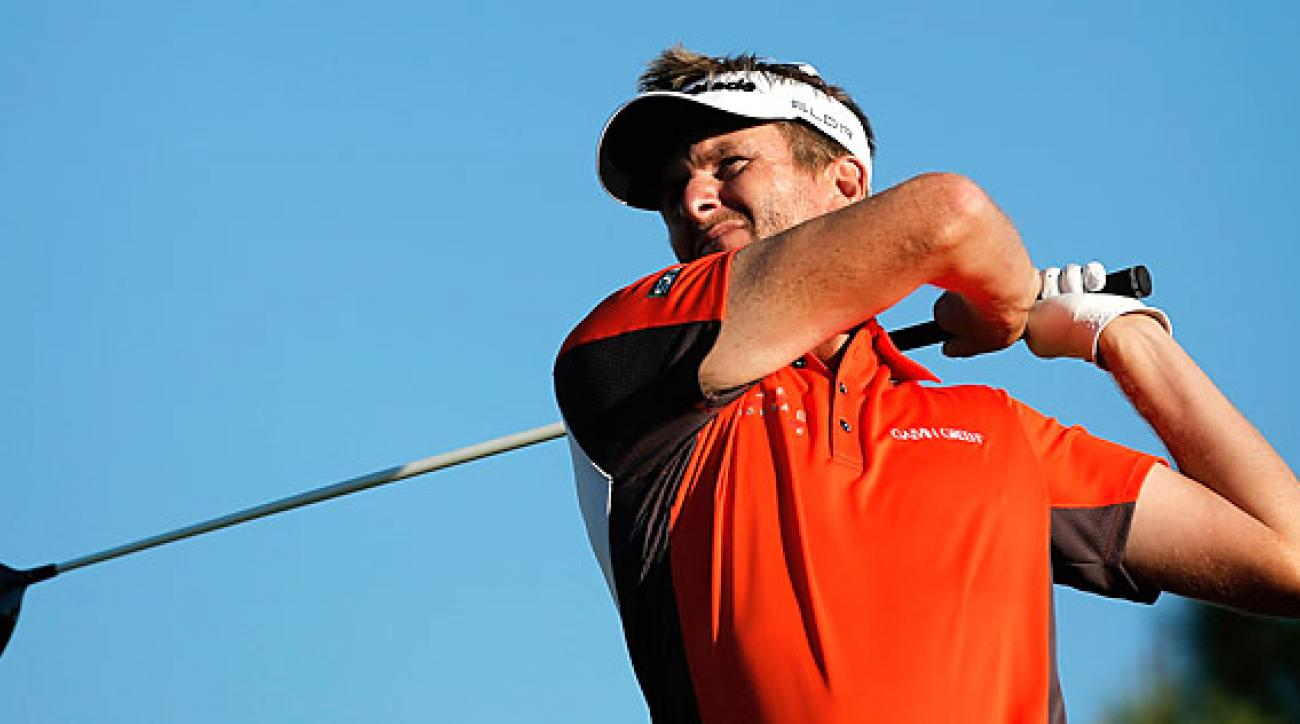 David Lynn had a bogey-free round, including an eagle, to stay atop the crowded leaderboard.