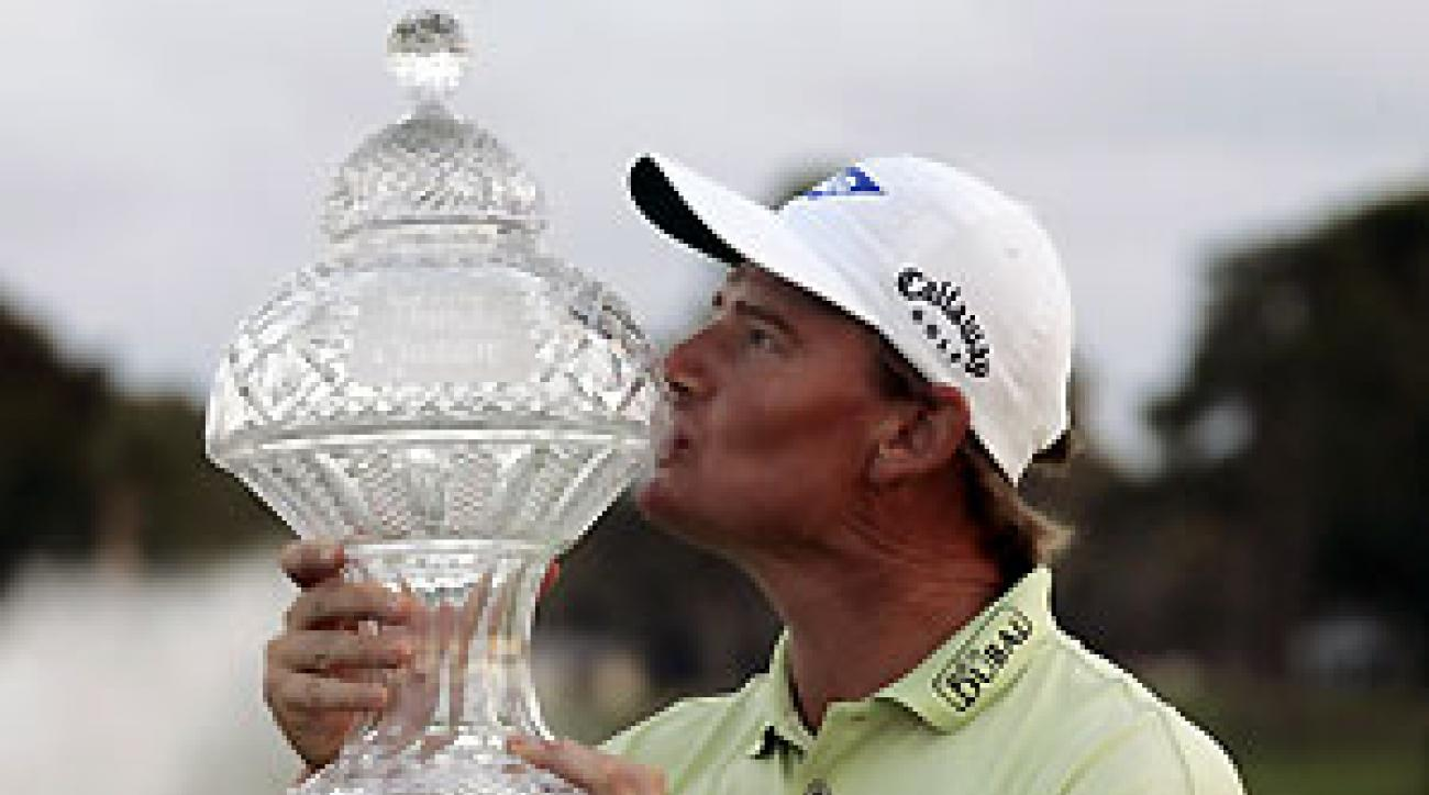 Ernie Els's shot from a divot helped him win his first Tour event since 2004.