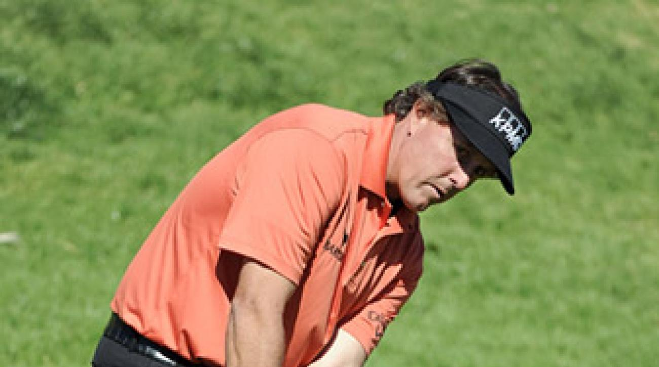 Phil Mickelson shot a 66 on Thursday at Riviera to take a one-shot lead.