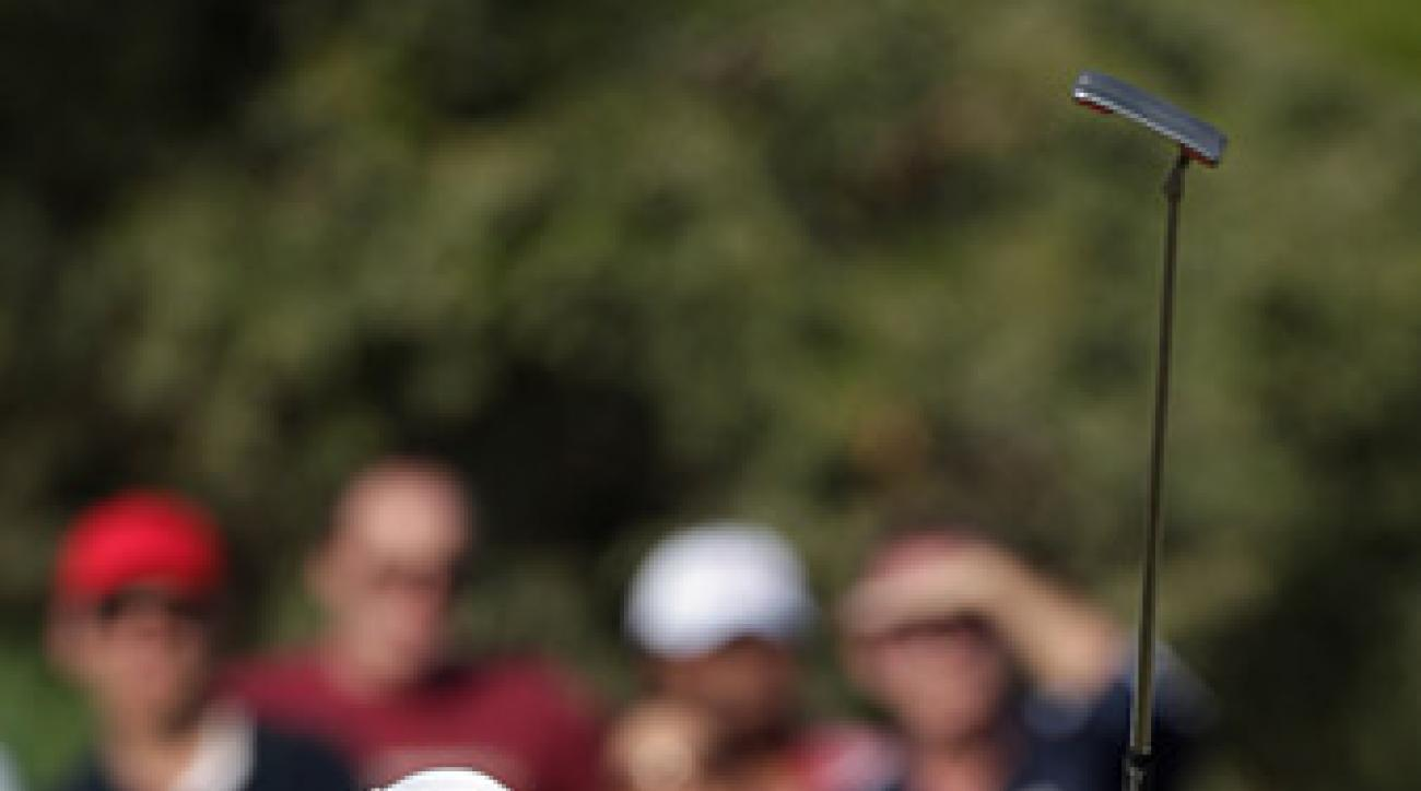 Tiger Woods heads into the final round in Abu Dhabi tied for the lead after a third-round 66.