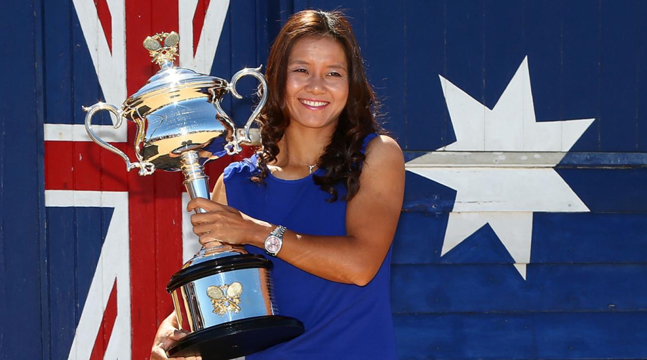 Li Na with the Daphne Akhurst Memorial Cup after winning the 2014 Australian Open.