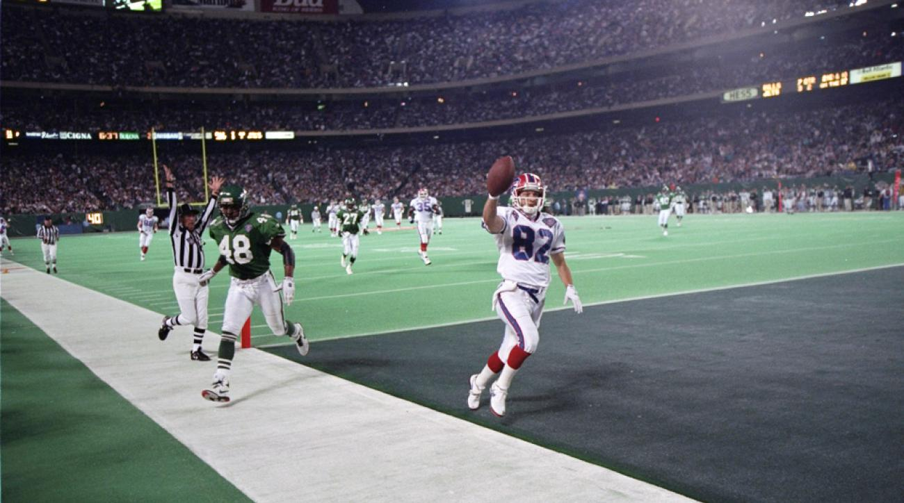 Don Beebe (82) catches a pass to score the touchdown against the Philadelphia Eagles.