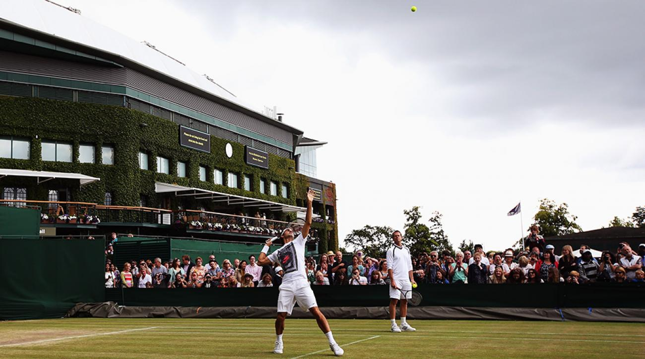Roger Federer (left) practicing ahead of Wimbledon 2014 with the help of Stefan Edberg (right).
