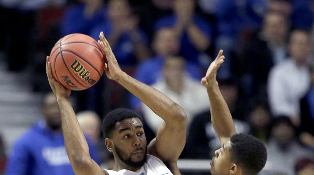 Duke guard Matt Jones, left, is pressured by Kentucky guard Tyler Ulis during the first half of an NCAA basketball game, Tuesday, Nov. 17, 2015, in Chicago. (AP Photo/Nam Y. Huh)