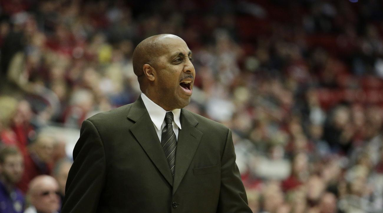 Washington head coach Lorenzo Romar instructs his team during the first half of an NCAA college basketball game against Washington State, Saturday, Jan. 9, 2016, in Pullman, Wash. (AP Photo/Young Kwak)