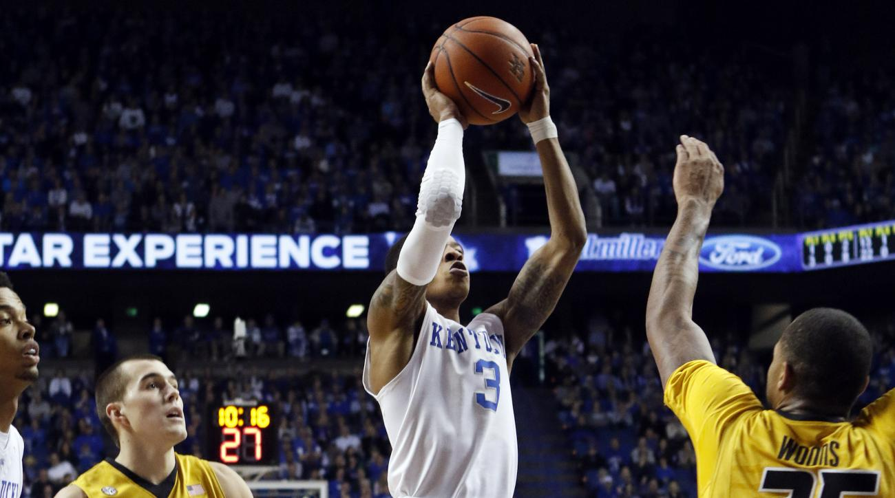 Kentucky's Tyler Ulis (3) shoots between Missouri's Jakeenan Gant (23) and Russell Woods (25) during the first half of an NCAA college basketball game, Wednesday, Jan. 27, 2016, in Lexington, Ky. (AP Photo/James Crisp)