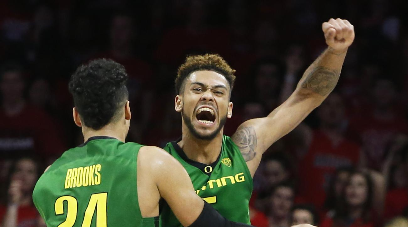 Oregon guard Tyler Dorsey celebrates with Dillon Brooks (24) after Oregon defeated Arizona 83-75 during the second half of an NCAA college basketball game, Thursday, Jan. 28, 2016, in Tucson, Ariz. (AP Photo/Rick Scuteri)