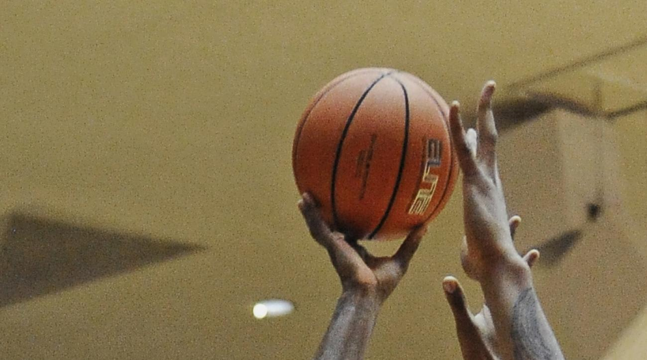 Houston's Damyean Dotson (21) shoots for two points despite SMU's defense during the second half of an NCAA college basketball game Monday, Feb. 1, 2016, in Houston. Houston won 71-68 for an upset. (AP Photo/Pat Sullivan)