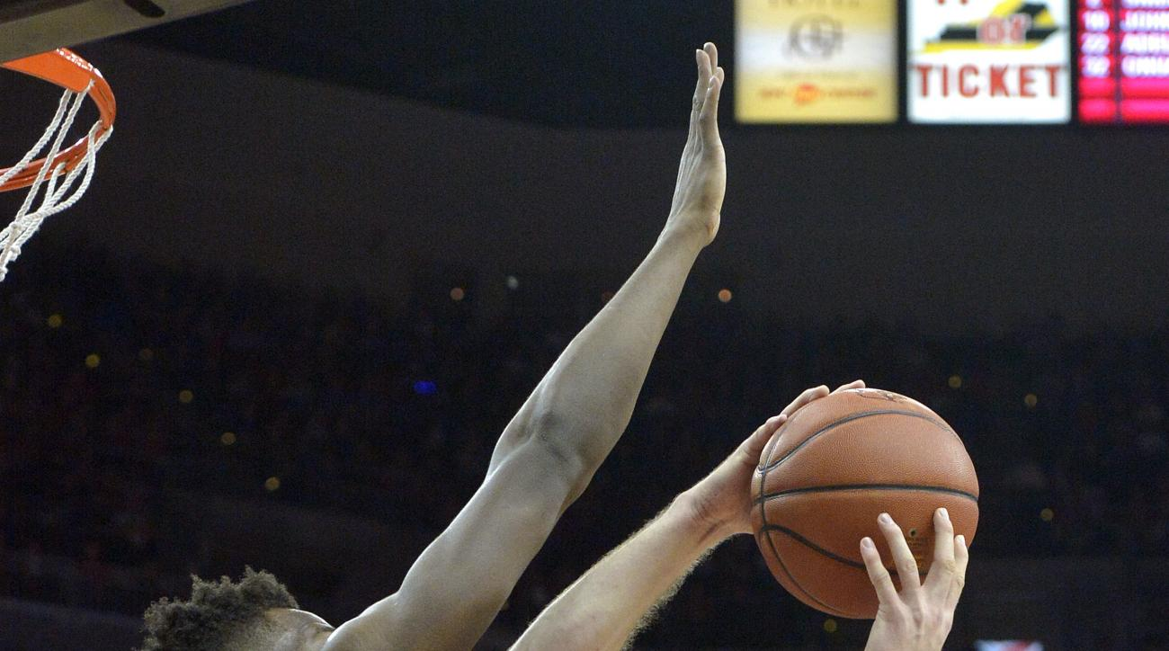 Duke's Marshall Plumlee (40) attempts a shot over the defense of Louisville's Chinanu Onuaku (32) during the first half of an NCAA college basketball game, Saturday, Feb. 20, 2016 in Louisville Ky. (AP Photo/Timothy D. Easley)