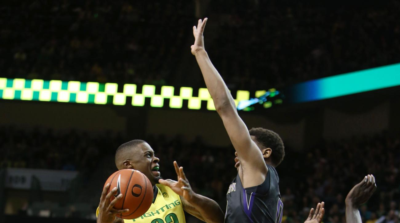 Oregon's Elgin Cook drives to the basket under pressure from Washington's Marquese Chriss during the first half of an NCAA college basketball game, Sunday, Feb. 28, 2016, in Eugene, Ore. (AP Photo/Chris Pietsch)