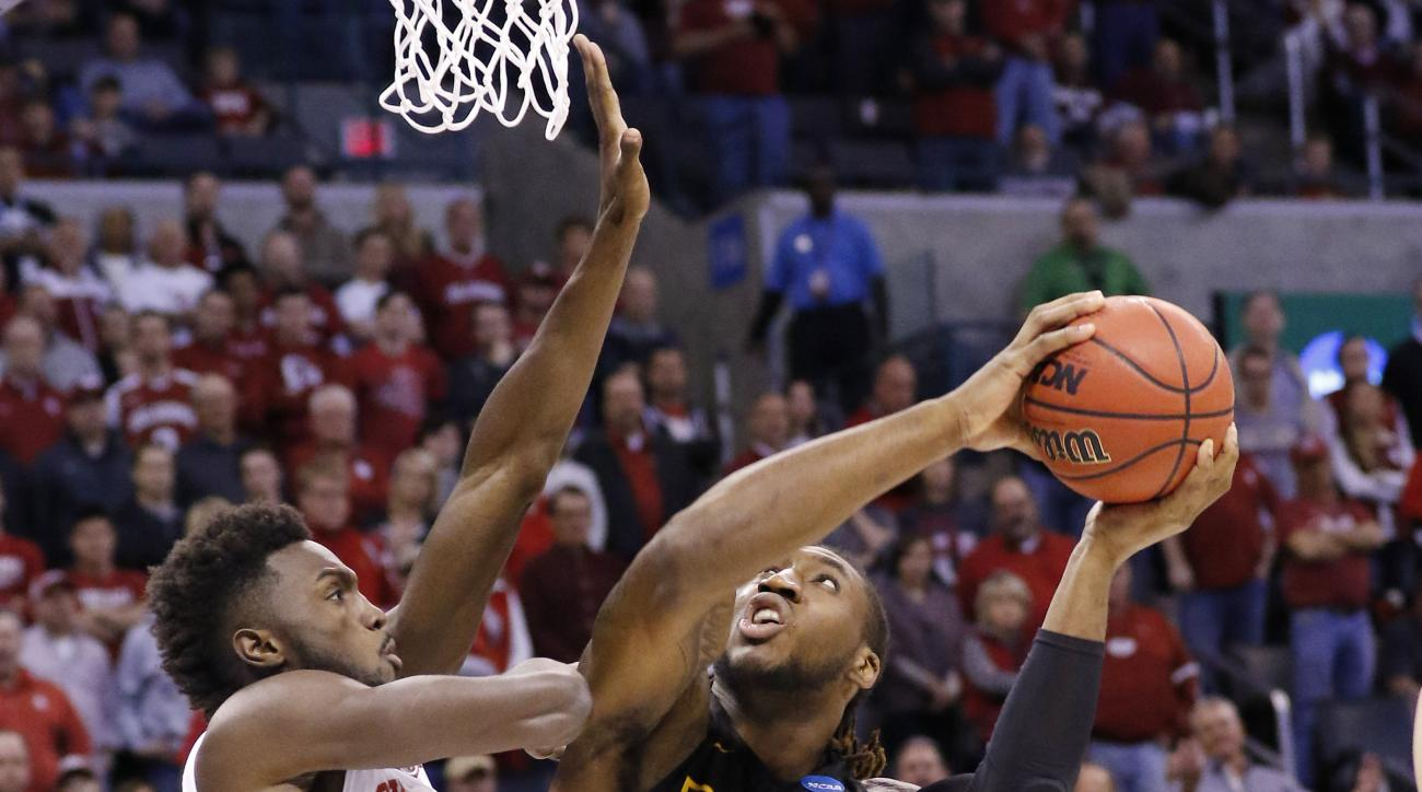 Virginia Commonwealth forward Mo Alie-Cox shoots against Oklahoma forward Khadeem Lattin in the first half of a second-round men's college basketball game in the NCAA Tournament Sunday, March 20, 2016, in Oklahoma City.  (AP Photo/Alonzo Adams)