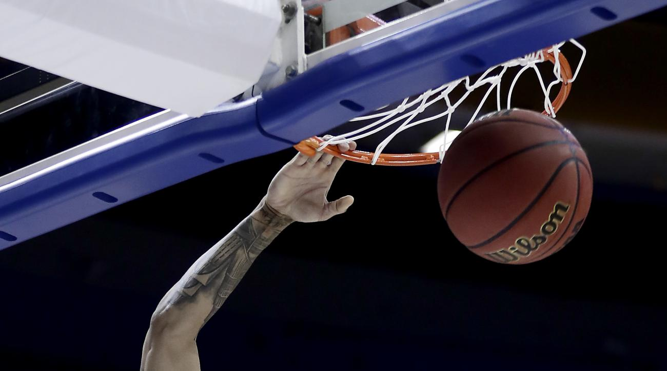Syracuse's Michael Gbinije dunks the ball during the first half of a second-round men's college basketball game against Middle Tennessee in the NCAA Tournament, Sunday, March 20, 2016, in St. Louis. (AP Photo/Charlie Riedel)
