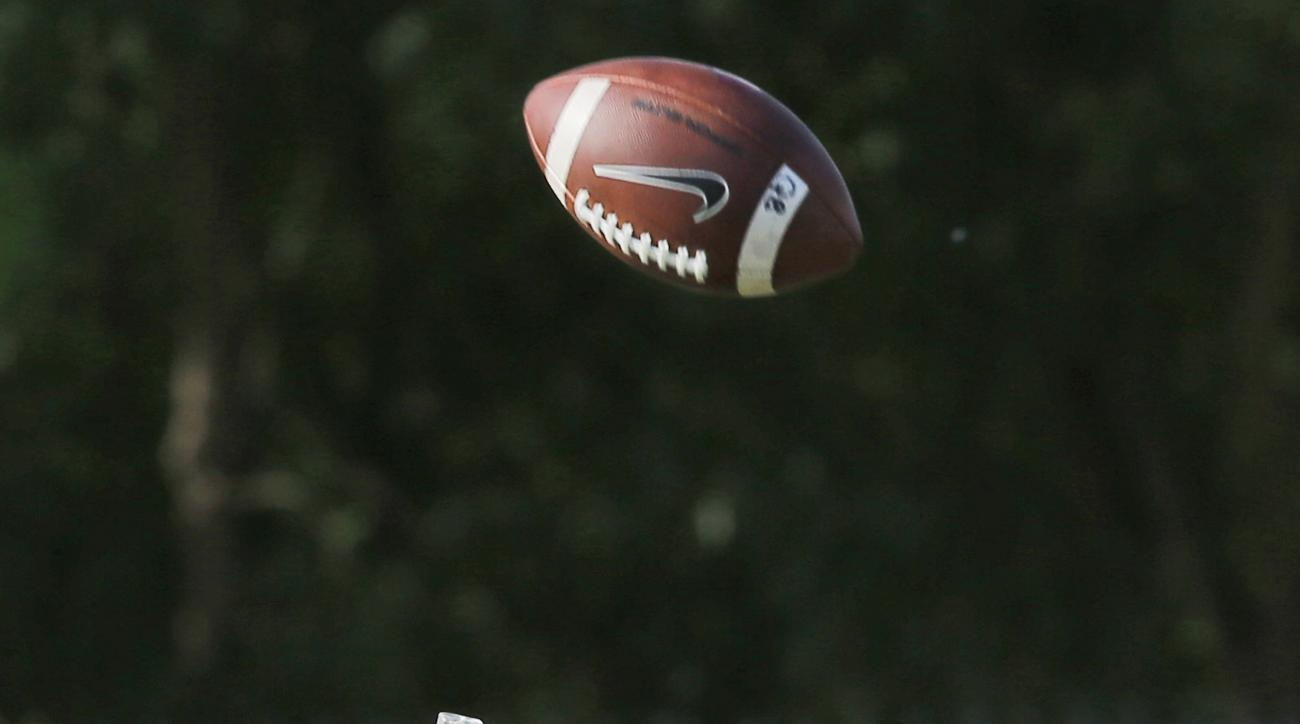 Oklahoma wide receiver Sterling Shepard reaches for a pass during an Oklahoma NCAA college football practice in Norman, Okla., Monday, Aug. 10, 2015. (AP Photo/Sue Ogrocki)