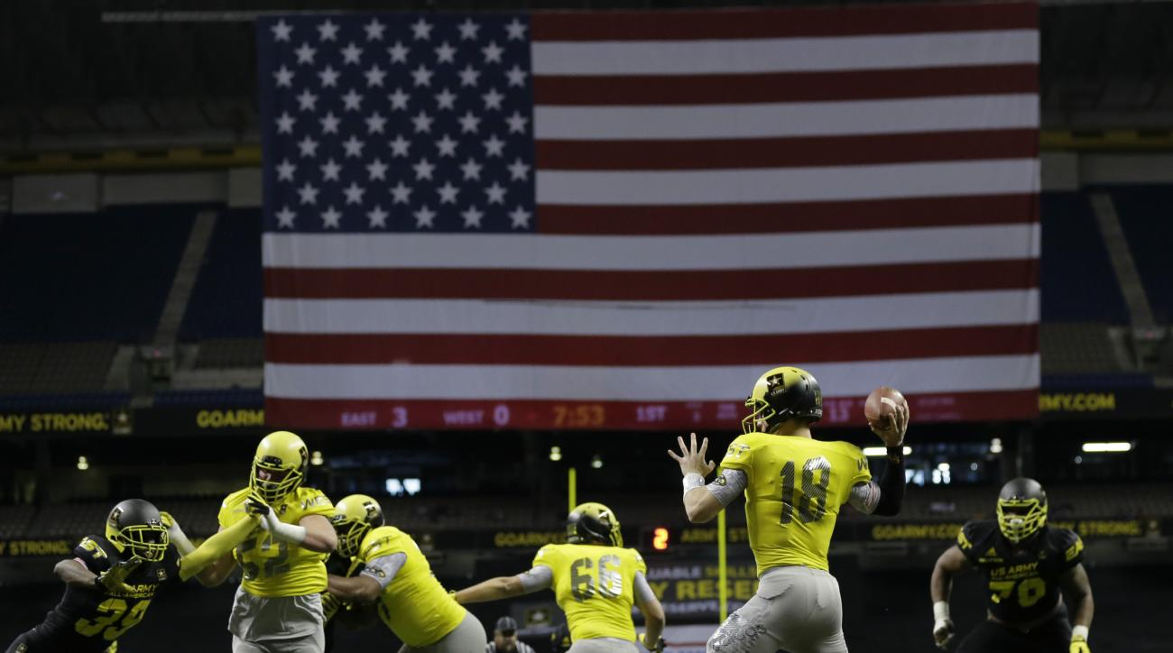 U.S. Army All-American West's Ricky Town (18) passes against the East during the first half of the U.S. Army All-American Bowl high school football game, Saturday, Jan. 3, 2015, in San Antonio. (AP Photo/Eric Gay)