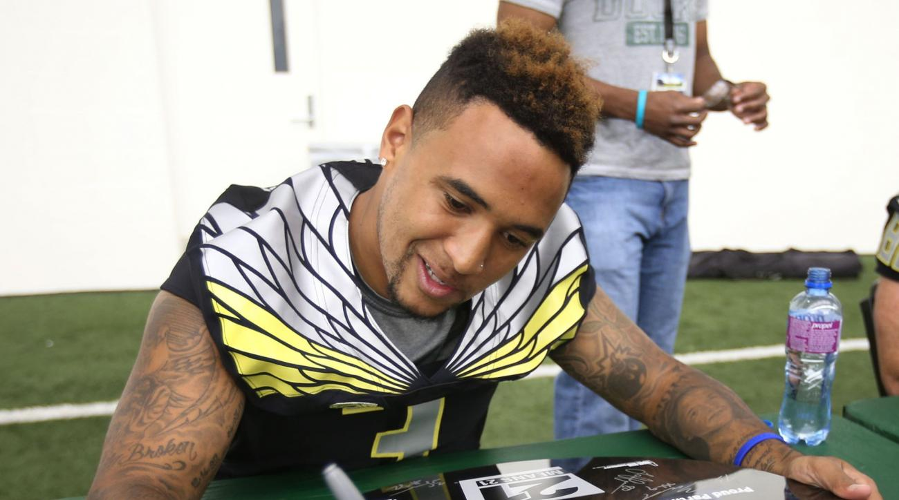 Vernon Adams signs autographs at Oregon Fan Day on Saturday, Aug. 29, 2015, in Eugene, Ore., after his first practice as the designated starting quarterback for the NCAA college football team. (Chris Pietsch/The Register-Guard via AP)